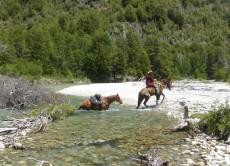 Durch den Rio Alercal